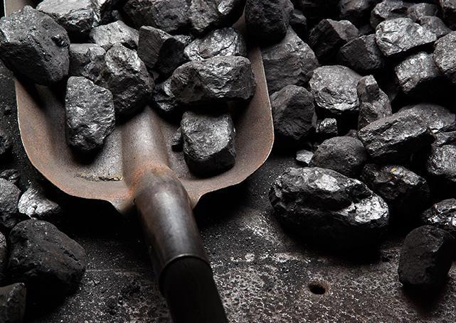 Szpadel obok węgla